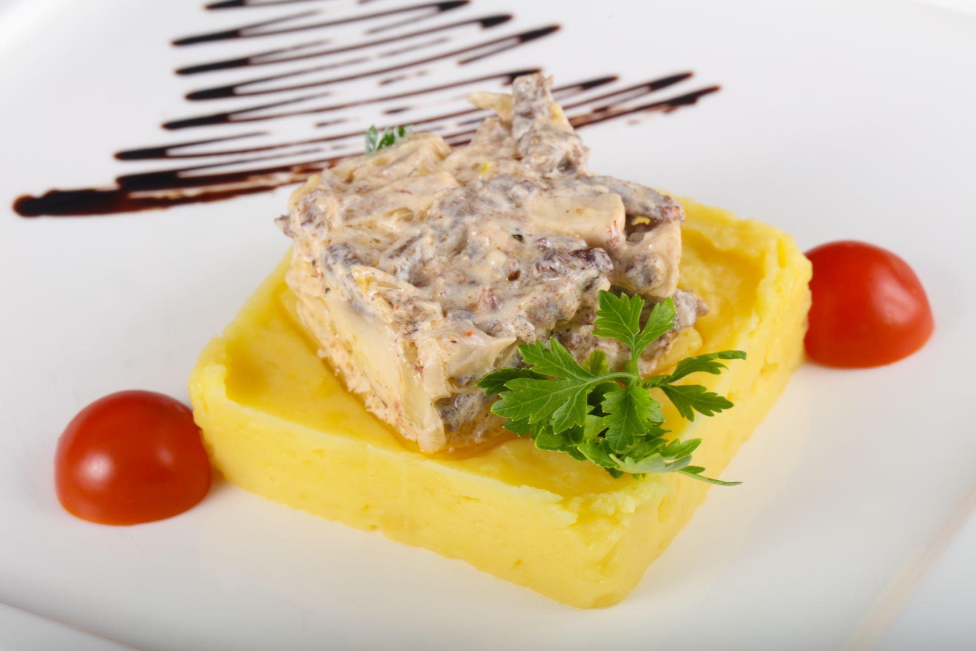 Изысканный вкус клубничного соуса на ломтике мяса